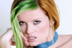 женщина с крашеными волосами