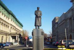 Памятник Юзефу Пилсудскому на площади в Варшаве