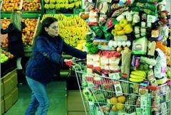 Девушка с покупками в супермаркете